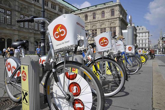 Citybike in front of the Vienna State Opera
